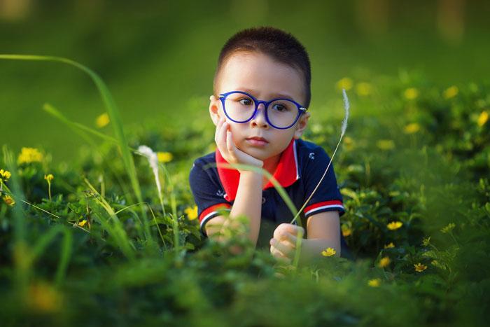 Visita oculistica pediatrica Bambino con gli occhiali
